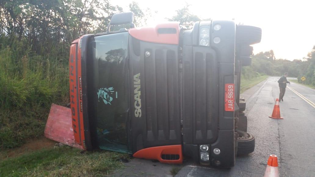 Caminhão carregado com leite em pó tomba na PR-151