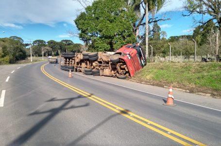 Caminhão carregado com móveis tomba na PR-151 em São Mateus do Sul