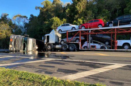 Carreta cegonha se envolve em acidente na BR-277, em Palmeira