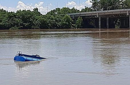 Caminhão fica sem freios e cai no Rio Iguaçu