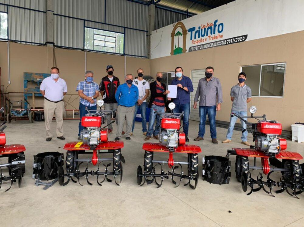 Prefeitura de São João do Triunfo adquire 3 motocultivadores para associação de produtores rurais