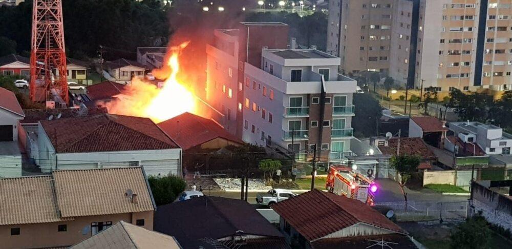 Neta de moradora de Antônio Olinto tem casa incendiada por um raio em Araucária; saiba como ajudar