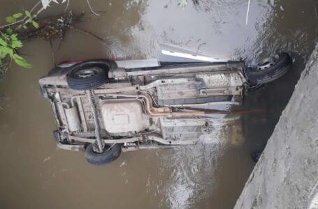 Homem sofre ferimentos leves após carro cair dentro do Rio Turvo
