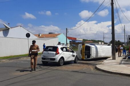 Van escolar tomba após acidente em União da Vitória no início da tarde desta terça (23)