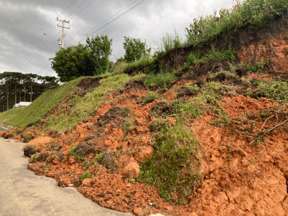 PRE alerta motoristas sobre barranco que desmoronou próximo ao Posto de São Mateus do Sul