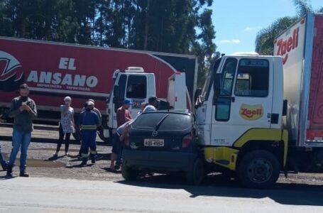 Caminhão atinge Celta com placas de São Mateus do Sul na BR-476 em acidente nesta quarta (31)