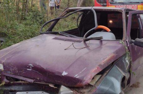 Duas pessoas ficam feridas após carro cair próximo a um rio em Major Vieira