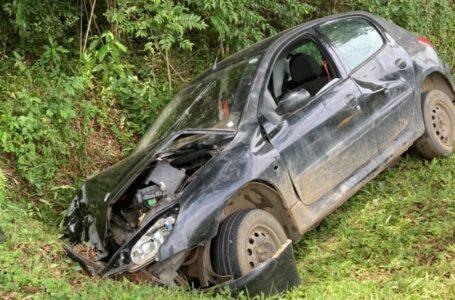 Veículo sai de pista na PR-281 em Antonio Olinto