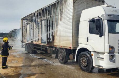 Caminhão carregado com caixões incendeia em Papanduva