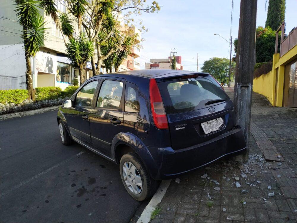 Motorista perde o controle e atinge poste na Avenida Ozy Mendonça de Lima