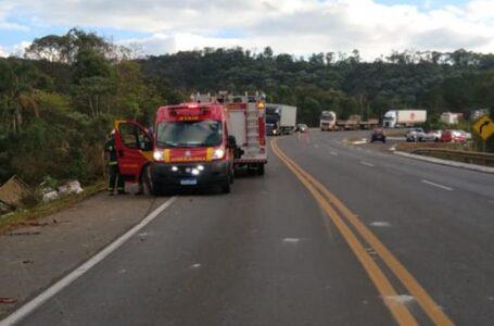 Dois caminhões caem em ribanceira em União da Vitória neste domingo (30)