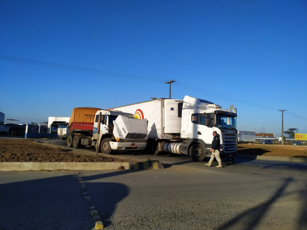 Carreta apresenta problemas mecânicos e complica trânsito no trevo de acesso à BR-476