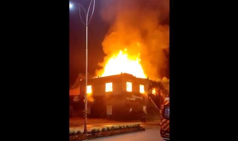 VÍDEO: Incêndio destrói antiga cooperativa dos ferroviários em Mafra