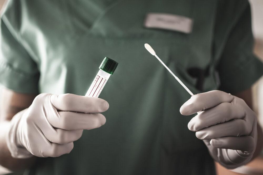 Mesmo assintomáticos, vacinados e curados de covid-19 podem transmitir o vírus