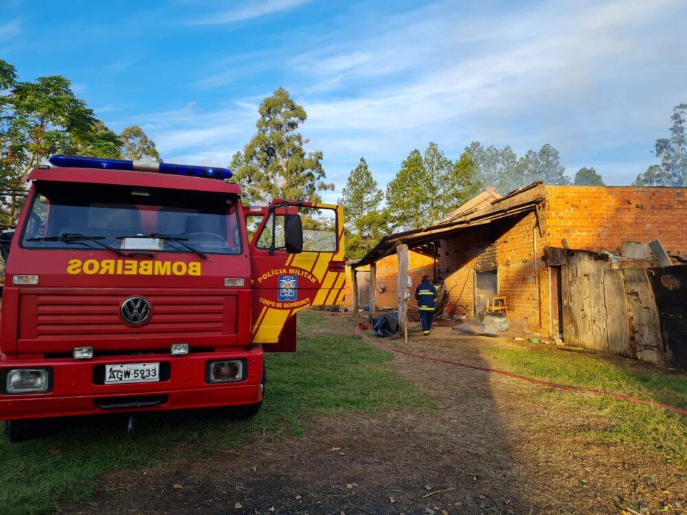 Bombeiros atendem ocorrência de incêndio em galpão na Colônia Cachoeira