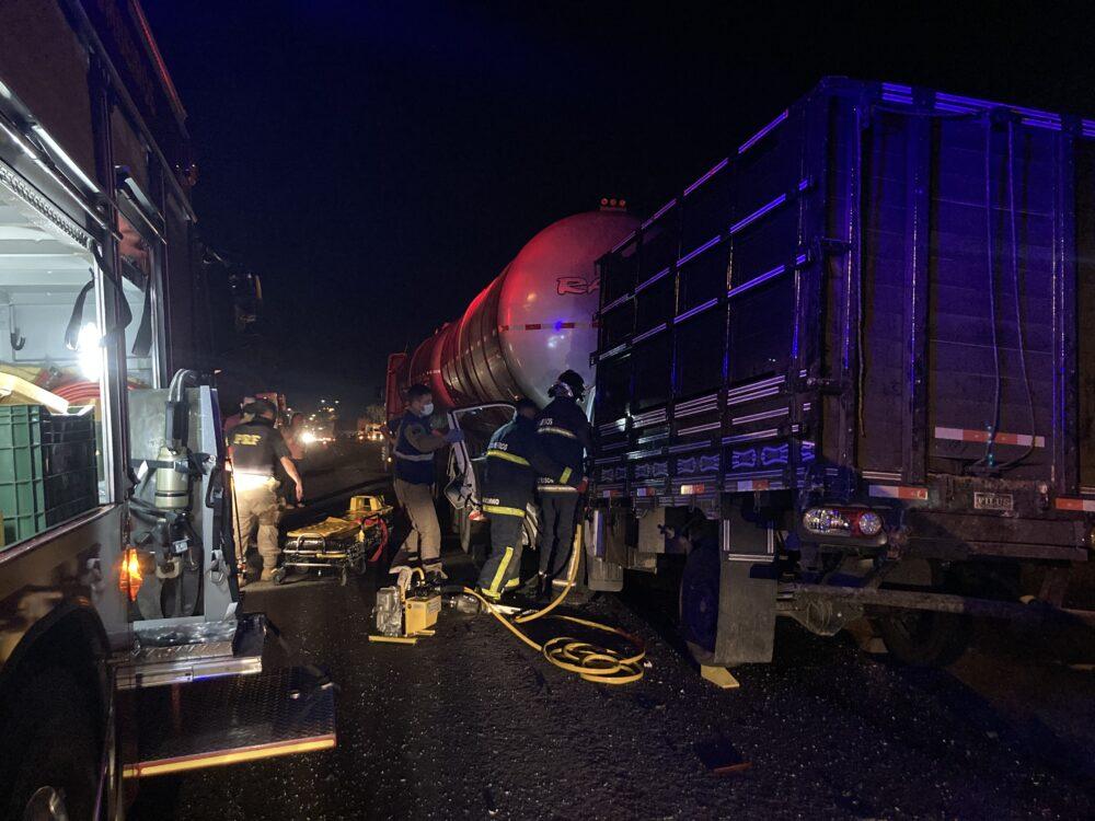 Motorista fica preso nas ferragens após colisão na BR-476, em São Mateus do Sul