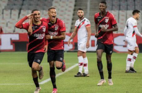 De virada, Athletico supera o Atlético-GO e assume a liderança do Brasileirão