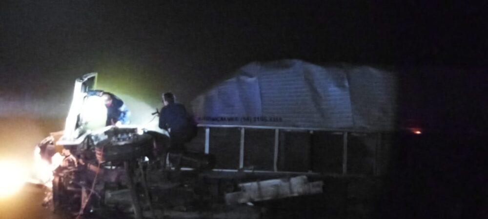 Motorista de 45 anos morre após caminhão cair em rio na BR-280 em Mafra