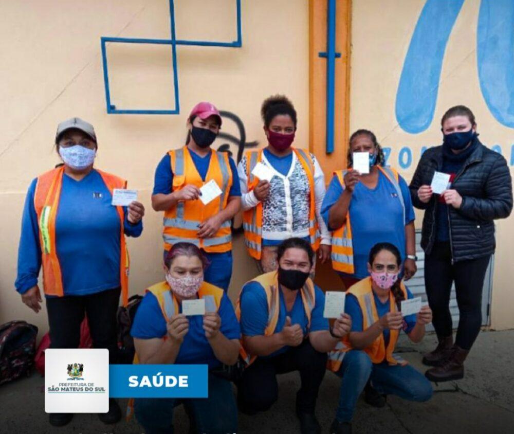 Trabalhadores da limpeza urbana recebem a 1ª dose contra a covid-19