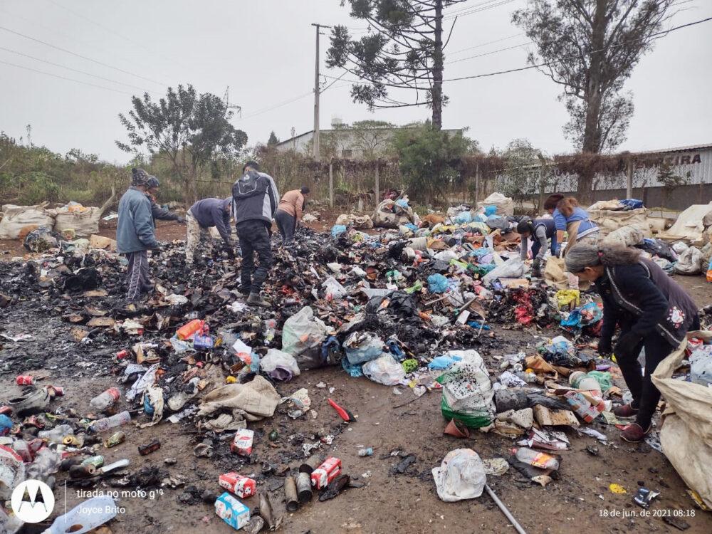 VÍDEO: trabalhadores da Cosamar tentam reaproveitar materiais após incêndio na noite passada
