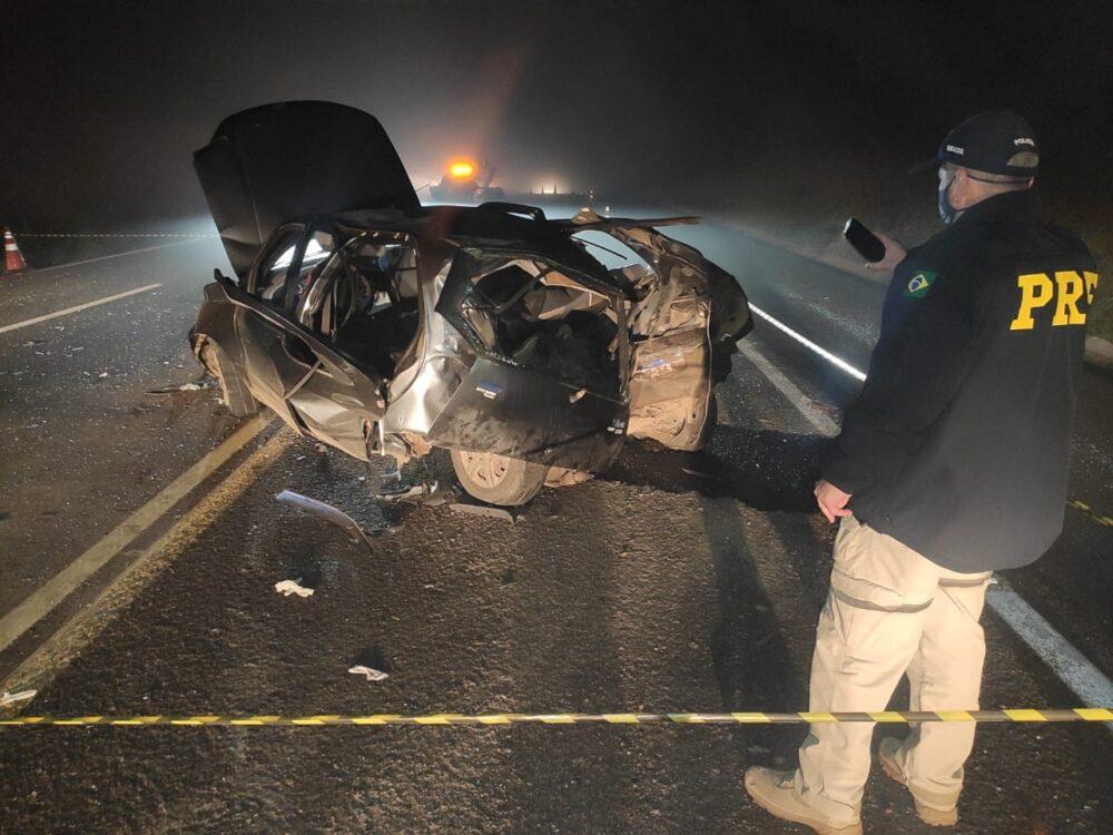 Homem morre e três pessoas ficam gravemente feridas em batida entre dois carros na BR-277, em Palmeira
