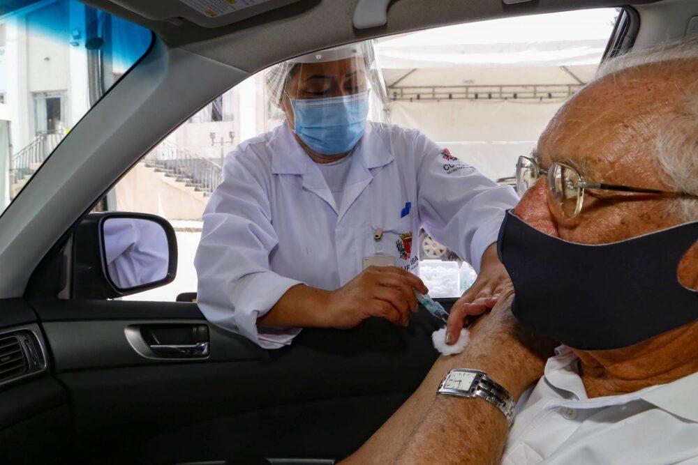 Com vacinação, idosos passam de maioria para um quarto dos pacientes que dão entrada nas UTI's