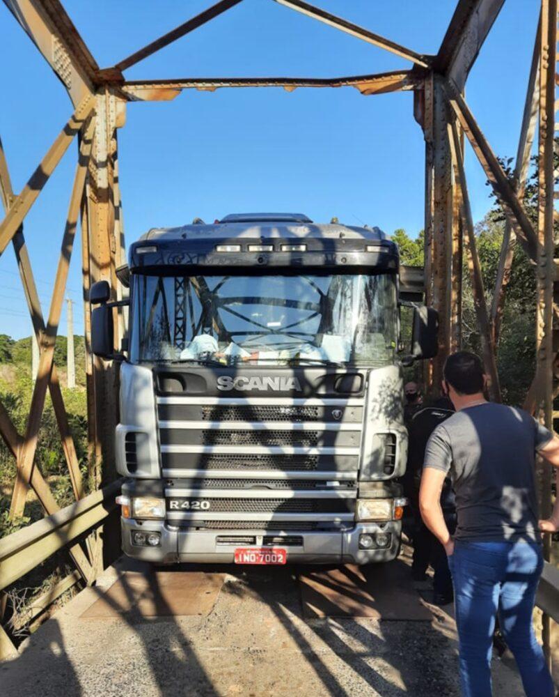 Carreta tenta atravessar ponte entre Campo do Tenente e Lapa e fica entalada