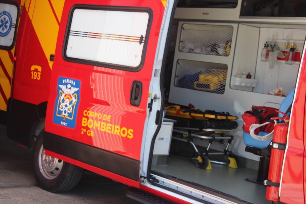 Rapaz é socorrido pelos bombeiros após ser agredido pelos irmãos da namorada na Vila Amaral