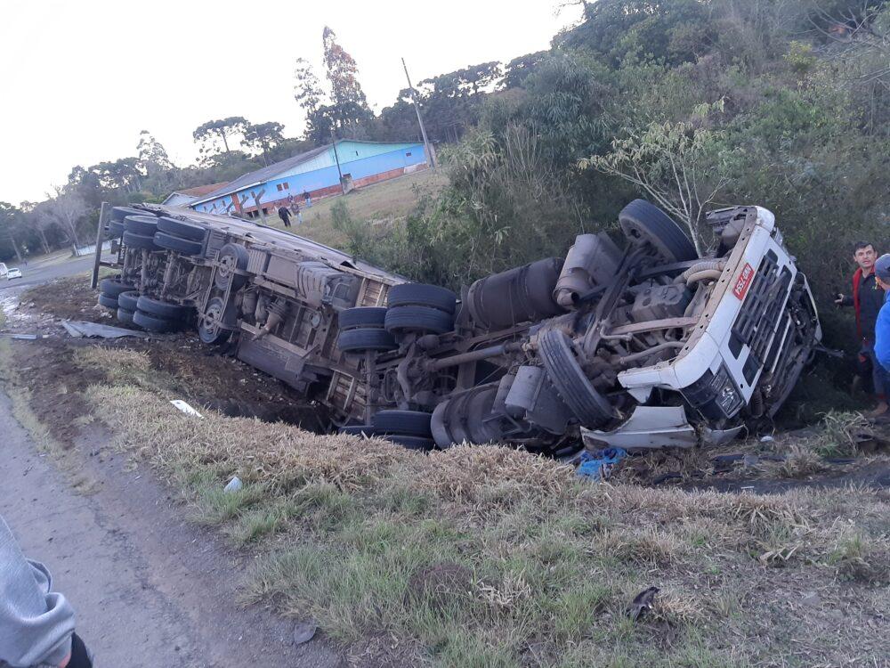 Motorista morre após carreta tombar em curva na PR-151 em São Mateus do Sul
