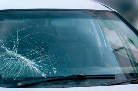 Carro é atingido por pedra e tem para-brisa quebrado na BR-476