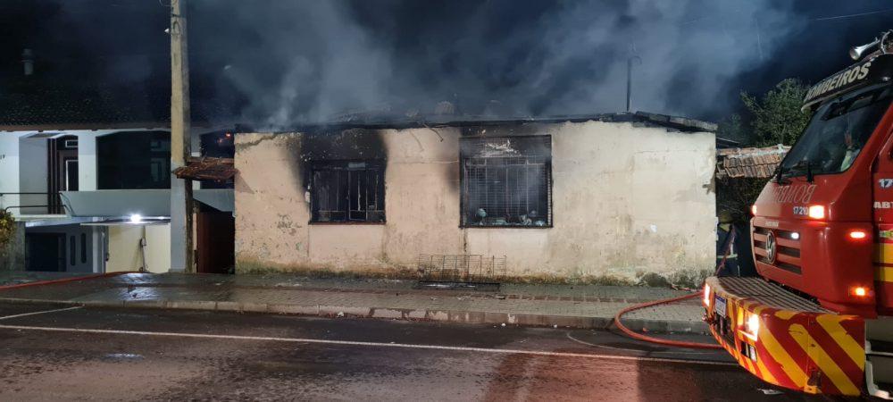 Incêndio destrói casa no centro de Porto União