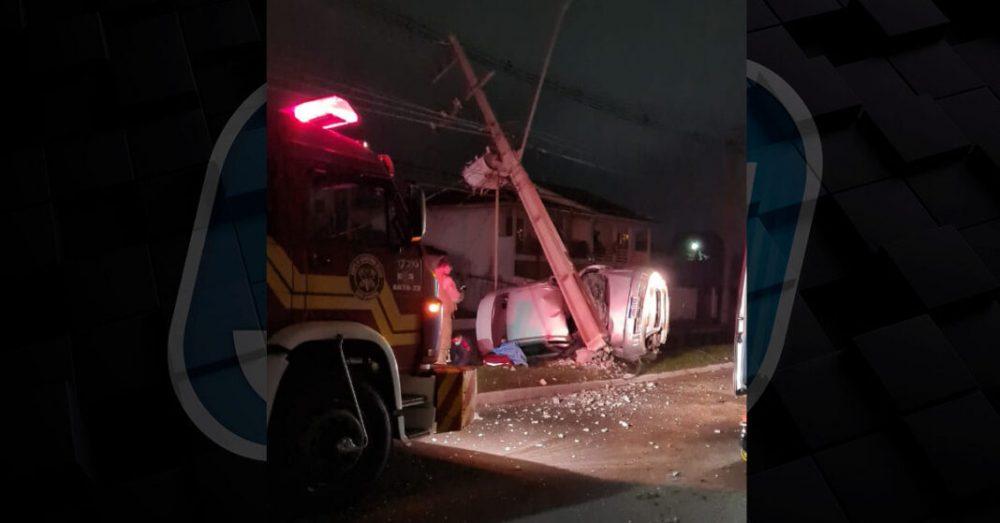 Motorista fica ferida ao colidir contra poste em Porto União