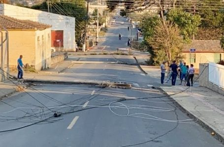 Caminhão danifica quatro postes após enroscar na fiação elétrica em Rebouças