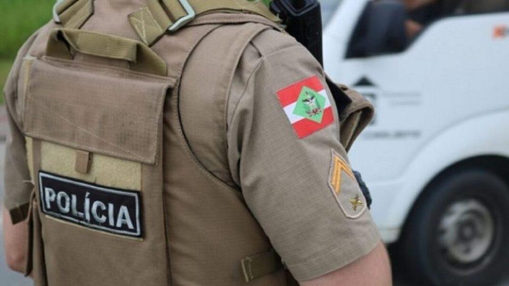 Abordados reagem e agridem policiais com pedras e tijolos em Canoinhas