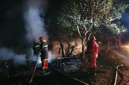 Brigada voluntária de Paulo Frontin combate a incêndio estrutural na noite de segunda (13)