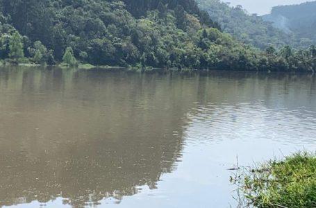 Barco vira e pescador consegue se salvar no Rio Iguaçu em Porto Vitória