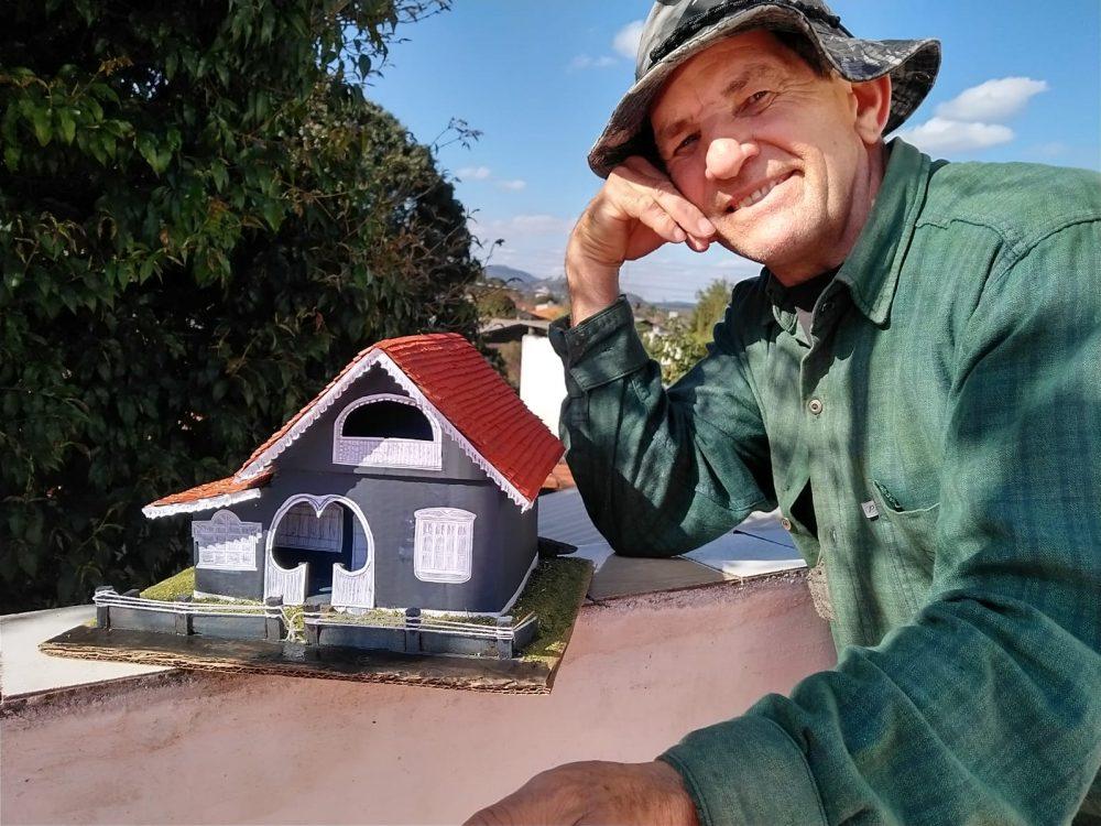 Morador de Porto União reproduz casa polonesa de São Mateus do Sul utilizando papelão reciclado