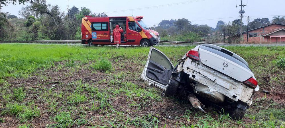 Veículo com placas de Antônio Olinto sai de pista na BR-476
