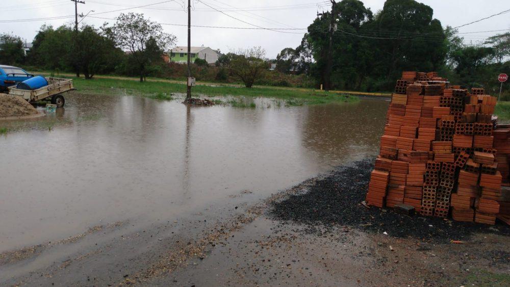 Ruas da Vila Boaski ficam alagadas por conta da forte chuva desta quinta (16)
