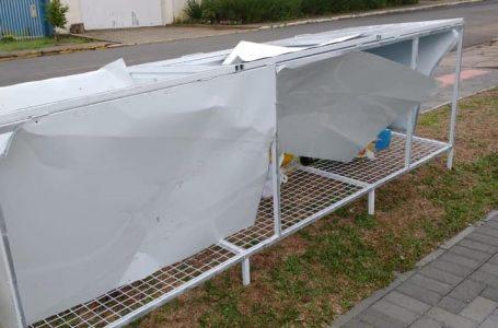 Container de resíduos é destruído após vandalismo no Ginásio Municipal de Esportes