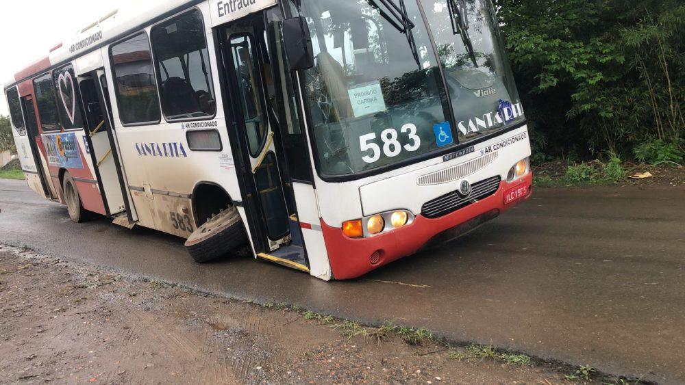 Ônibus sofre problema no rodado durante transporte de passageiros na Vila Americana