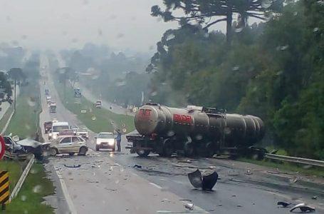 Acidente na BR-116 envolve carreta e três carros